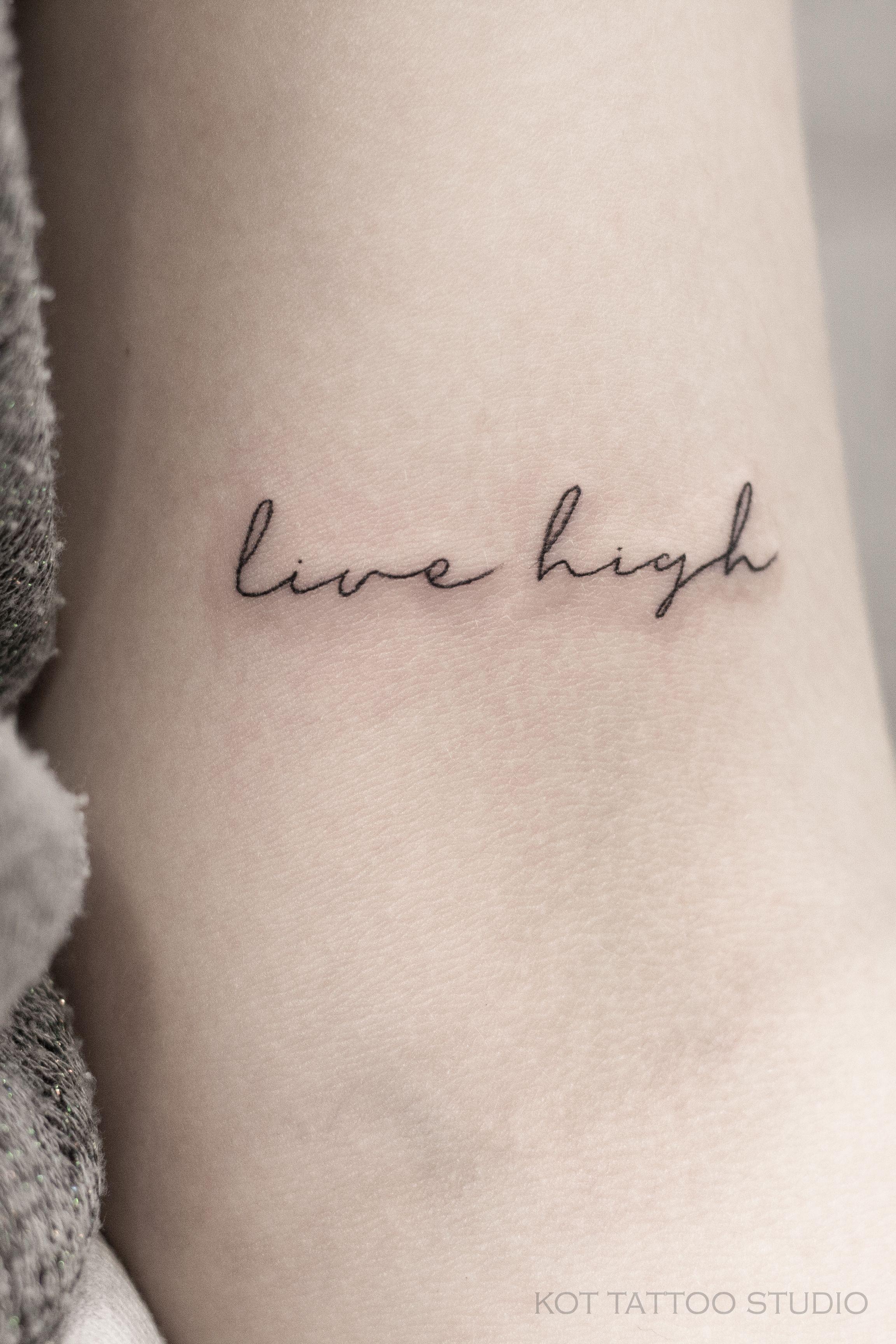 маленькая женская тату надпись про жизнь на английском Tattoodesign