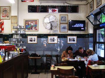 Café Mar Azul, en la esquina de Rodríguez Peña y Tucumán, Buenos Aires. es bar Notable. Se consideran notables a aquellos bares, billares o confiterías relacionados con hechos o actividades culturales de significación; aquellos cuya antigüedad, diseño arquitectónico o relevancia local, le otorgan un valor propio.