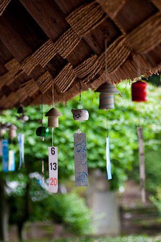 """Furin - São os pequenos sinos decorativos que soam com o movimento do vento. São feitos de metal, bambu, cerâmica, ou porcelana e ficam suspensos nos galhos das árvores, beirais das casas ou sacadas dos edifícios. Usados em diversas regiões do Oriente com o objetivo de afastar os """"maus espíritos"""" ou trazer sorte."""