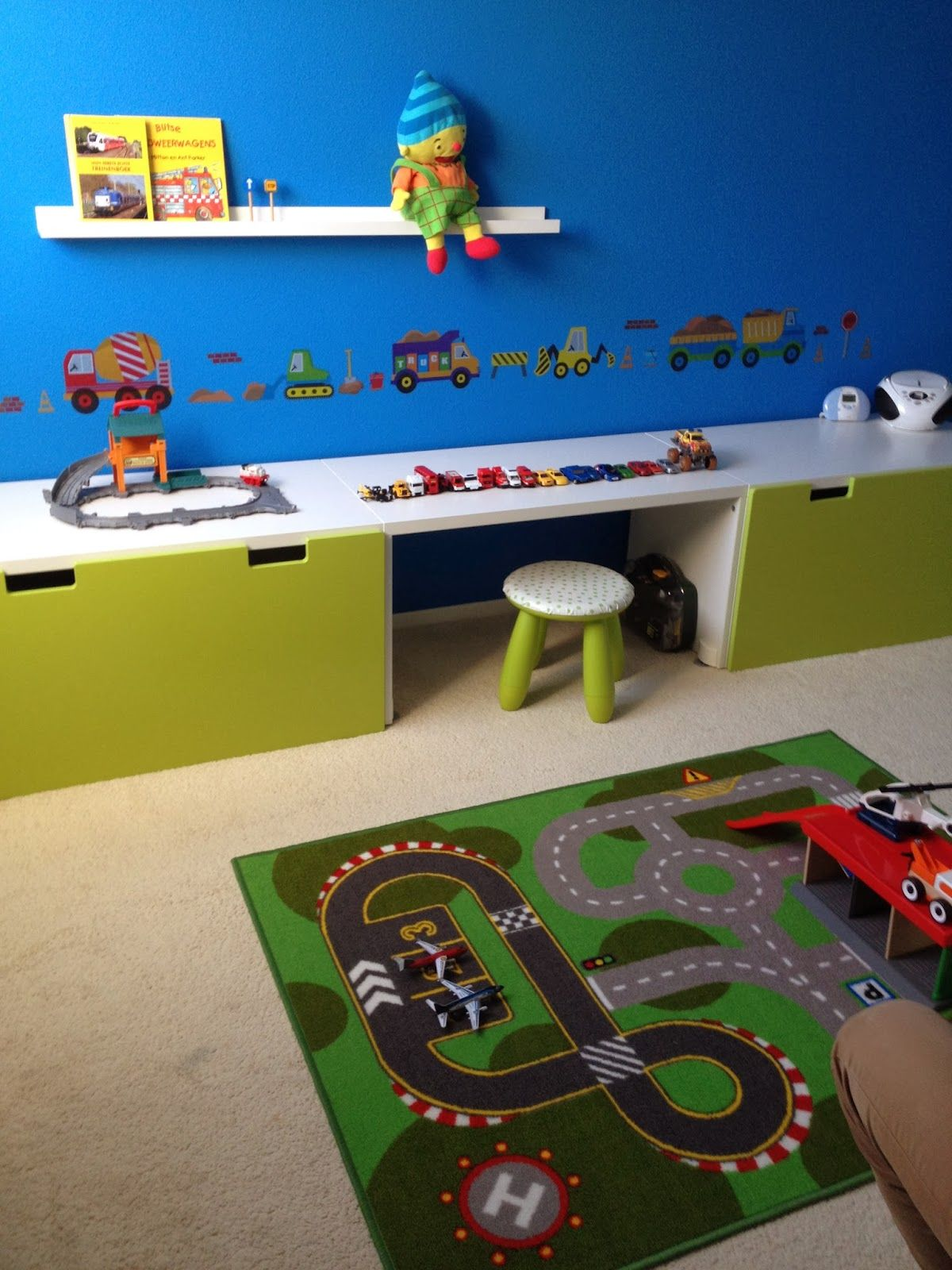Jongenskamer met auto\'s. Boys room, cars, trucks and construction ...