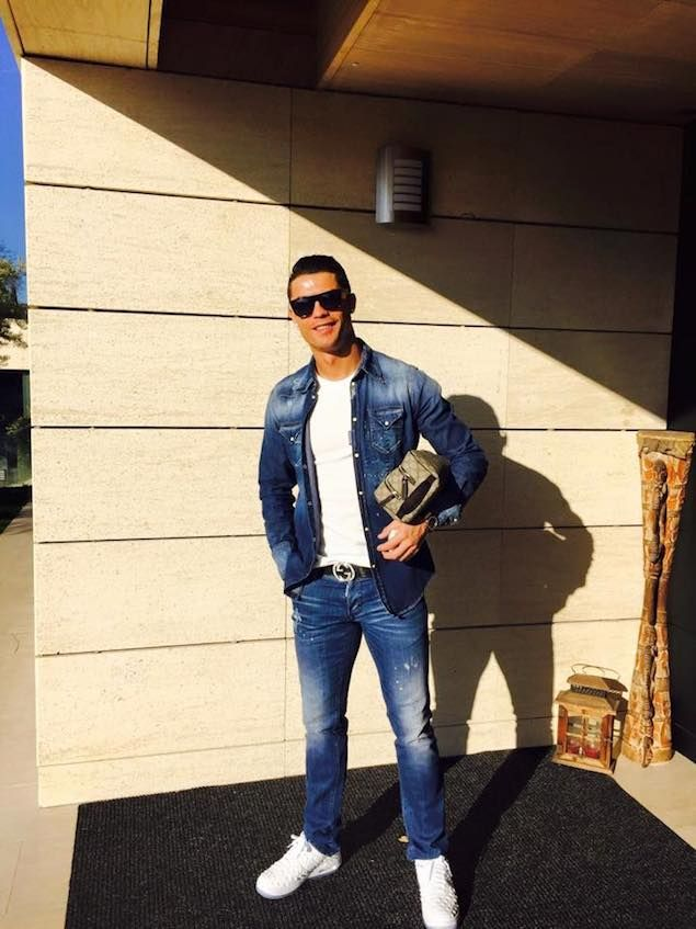 8fa4503257e Cristiano Ronaldo portant une chemise et un jeans Dsquared2