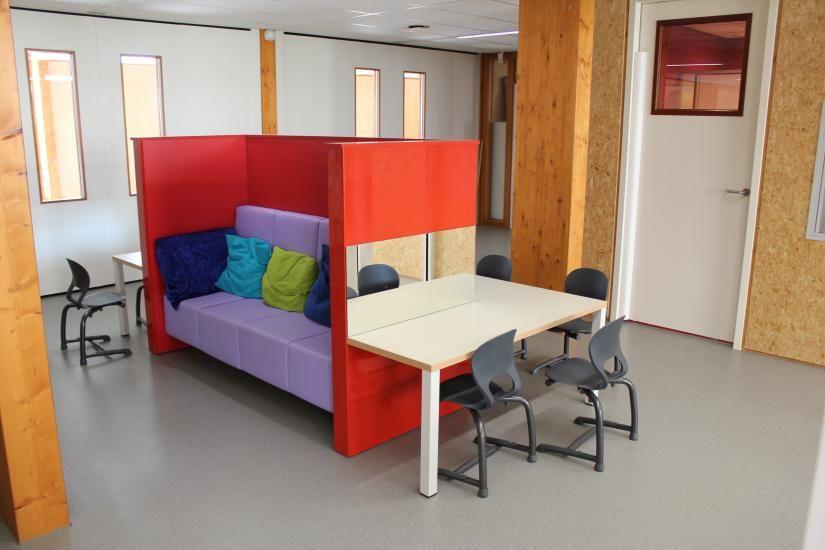 Schoolinterieur basisschool schoolinrichting pinterest onderwijs - Trap meubilair kind ...