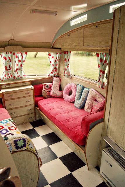 un int rieur girly caravane camper vintage caravans et house on wheels. Black Bedroom Furniture Sets. Home Design Ideas