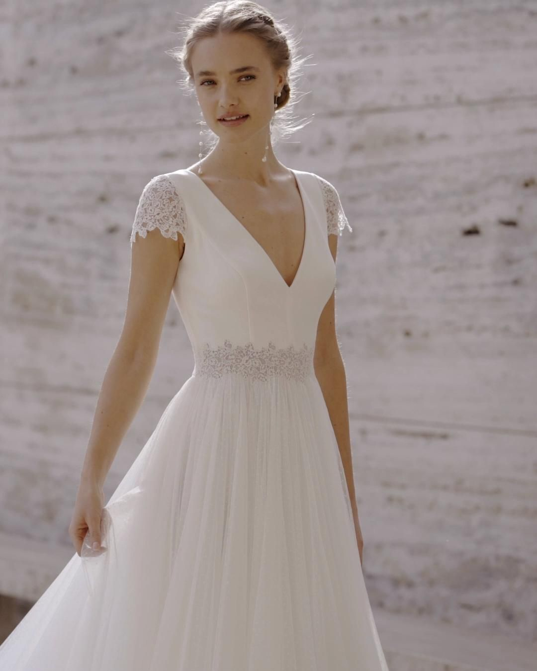 With a plain bodice and a princess silhouette, the Ecuador dress is designed for brides who love a simple and elegant