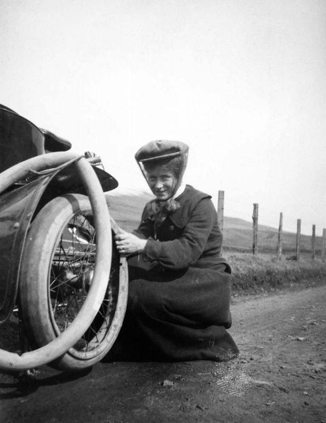 A woman changing a tire on a steam car in 1906 | 1900 to 1910 early ...