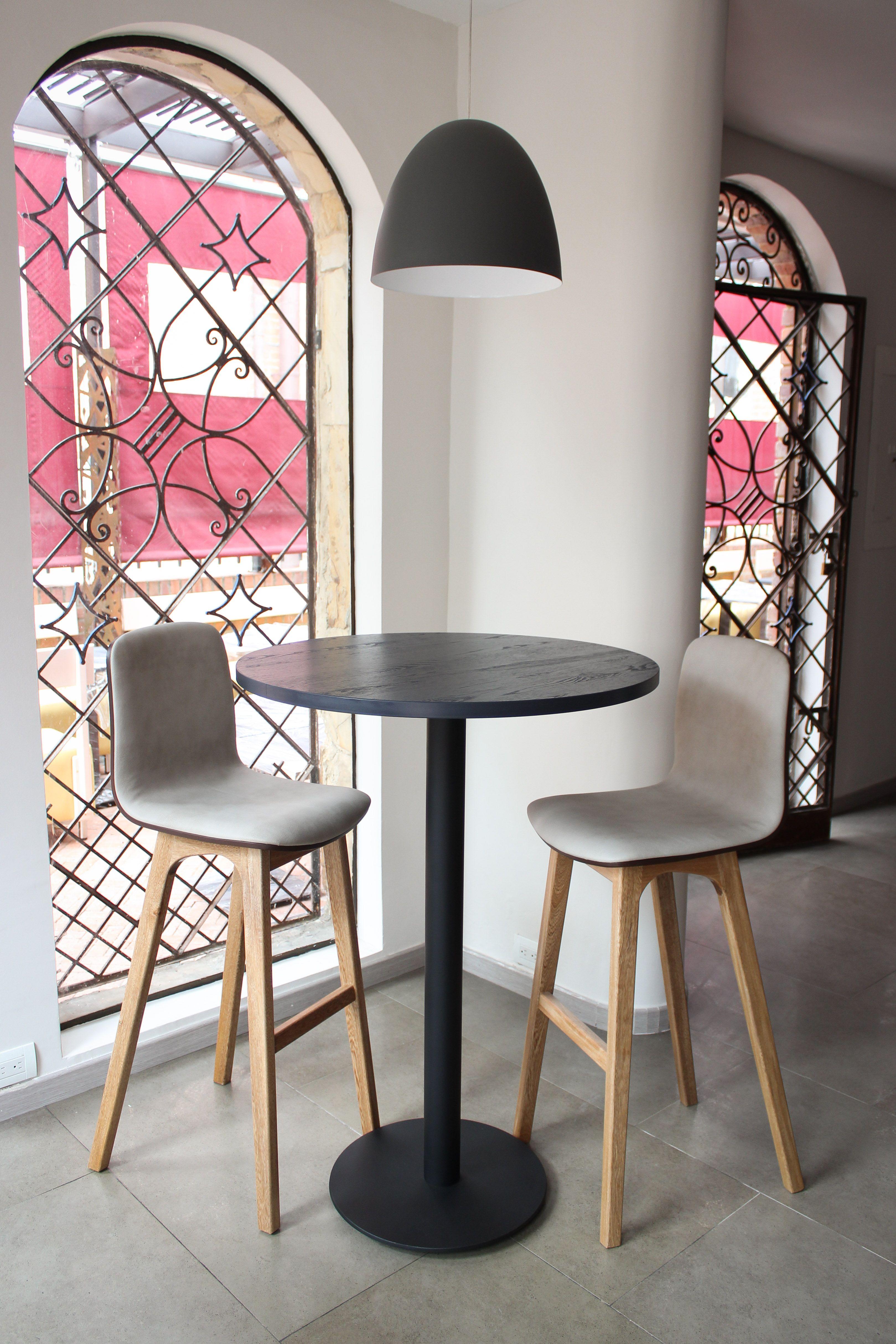 Mesa alta tipo pedestal para un restaurante al norte de for Mesas altas de cocina