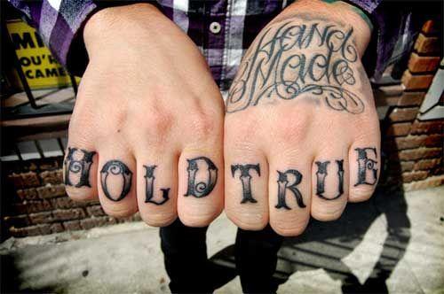 19 Tatuajes en los dedos para hombres letras