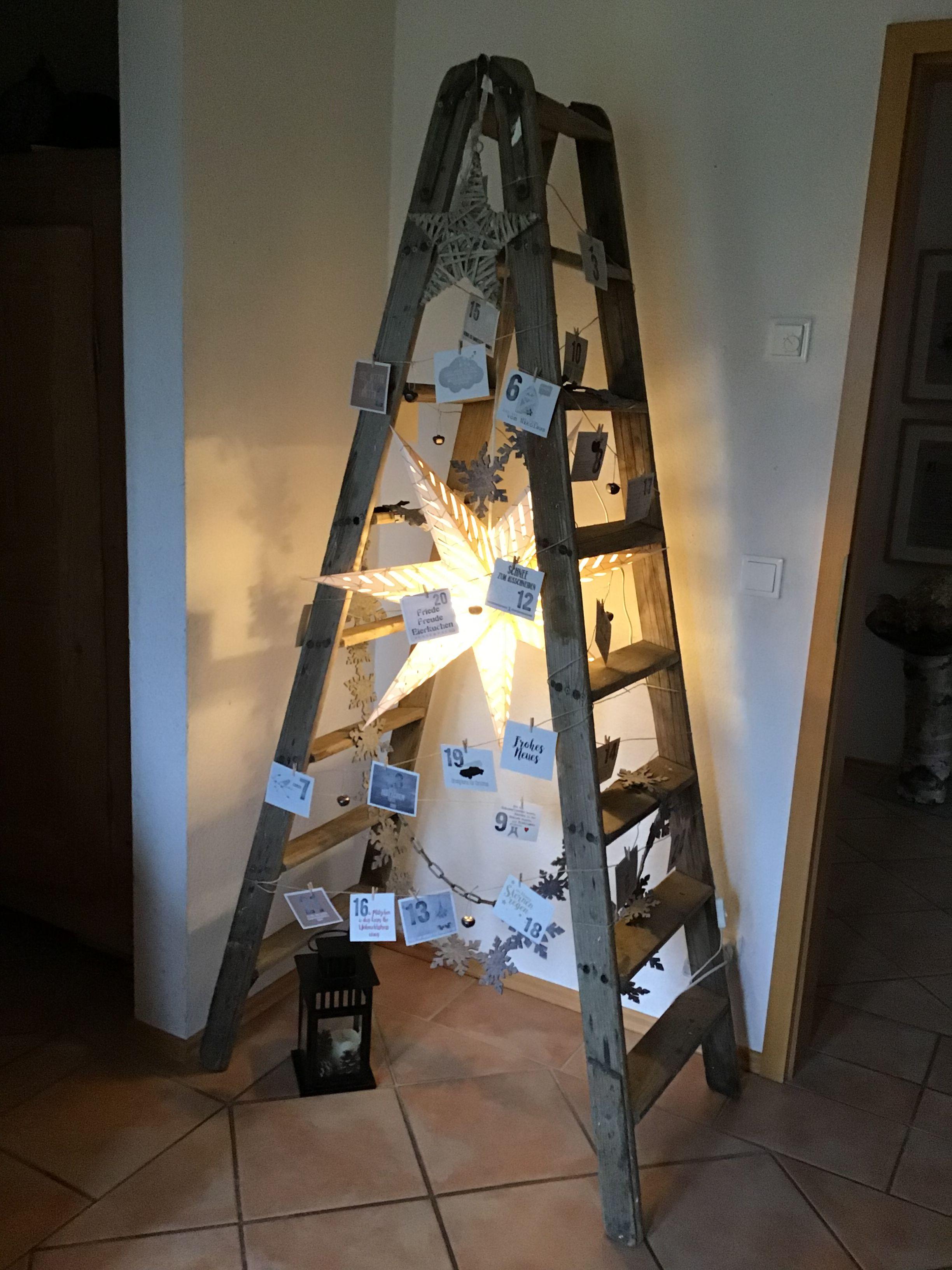 Alte Leiter mit Adventskalender in Postkartenform, Leuchtstern und Metallglöckchen #leiterdekoweihnachten