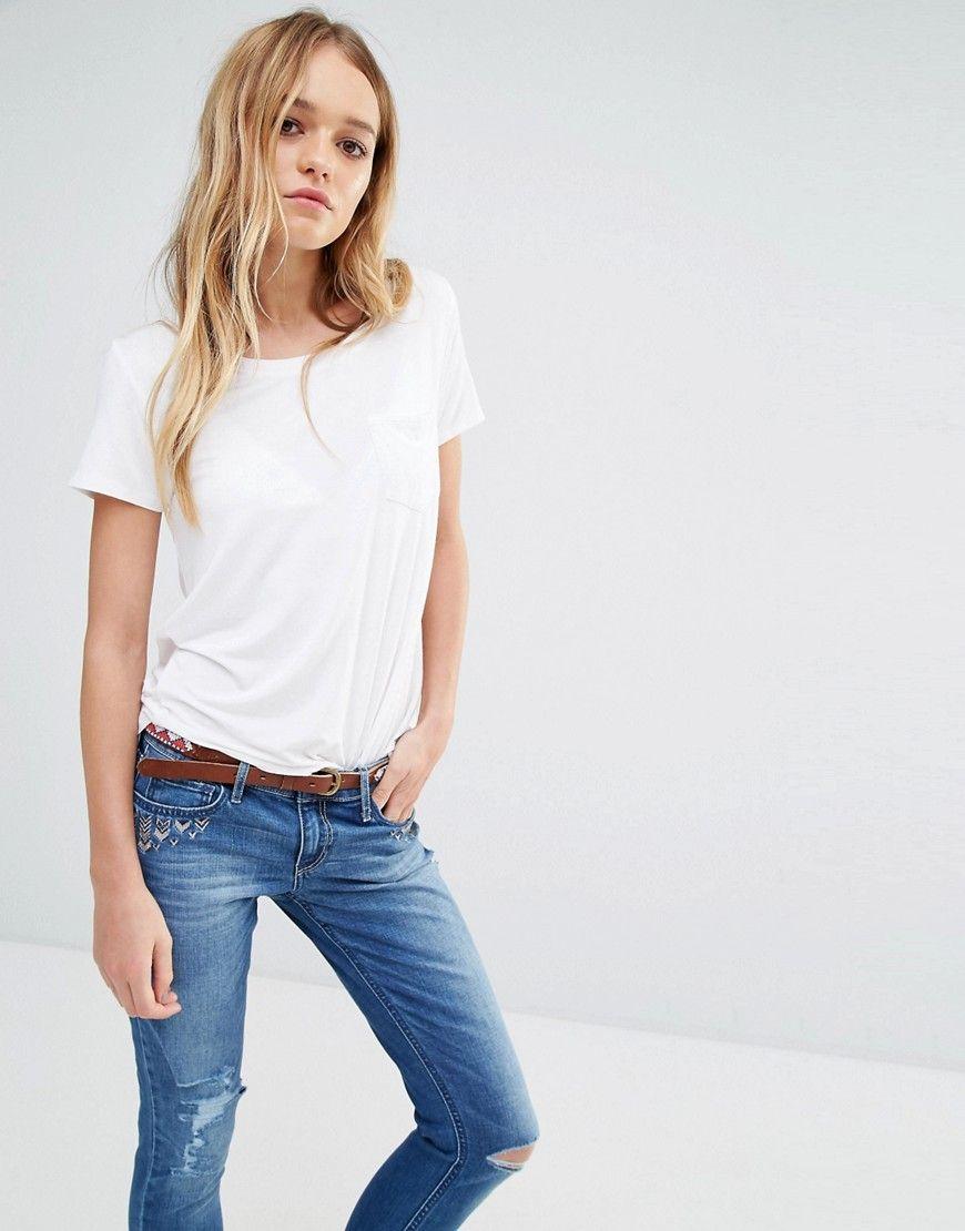 Camiseta sencilla y drapeada con bolsillo de Hollister. Camiseta de