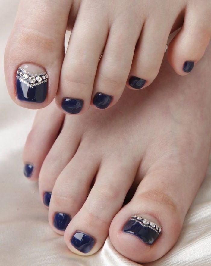 nail art facile pour les ongles des pieds , vernis noir, base nude et strass