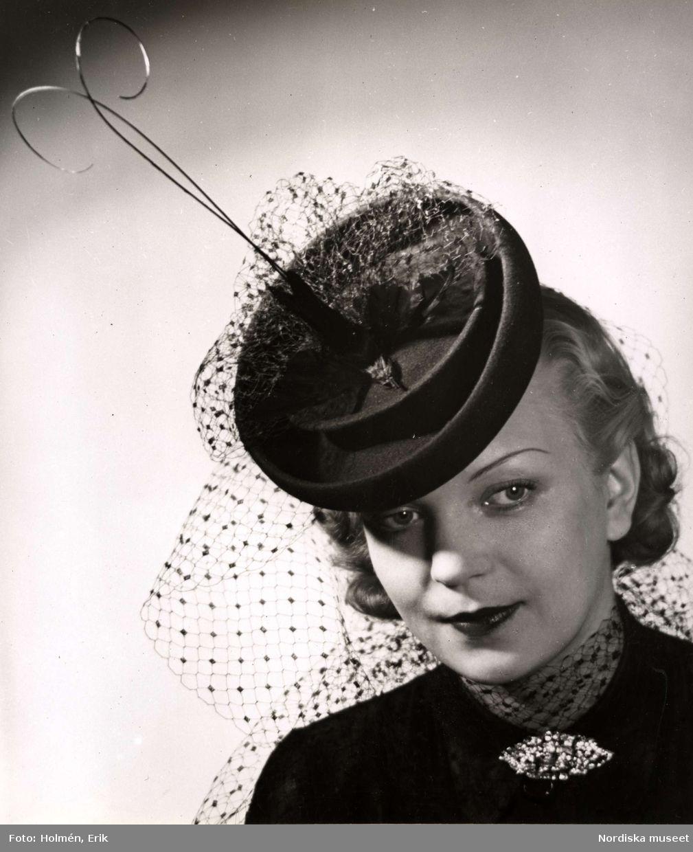 sportskor nyanlända 50% pris 1941. Kvinnlig modell i liten rund hatt med flor och ...