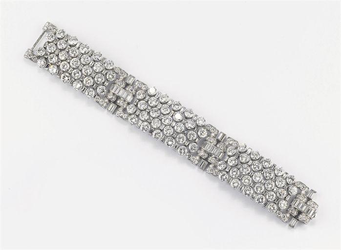 Bulgari - Diamond bracelet - montatura a fascia flessibile a file alternate di brillanti e diamanti baguette formanti tre pannelli trattenuti da cavallotti in brillanti e diamanti taglio baguette, datato '38.