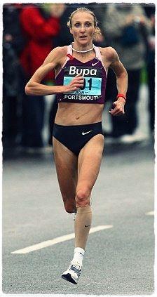 British Paula Radcliffe runs next to Ethiopias gold