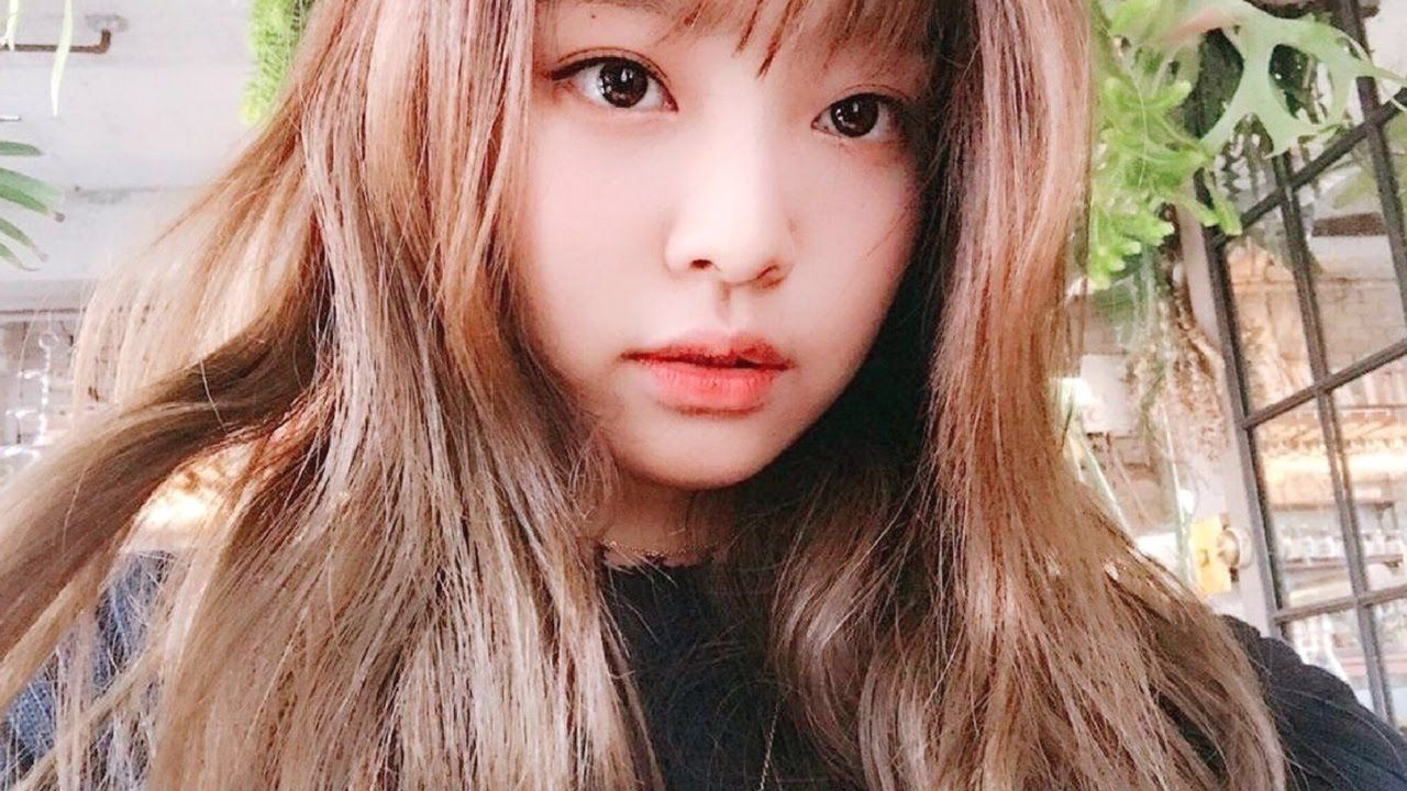 BLACKPINK\u0027s Jennie Gives Fans A Peek At Her New Hairstyle