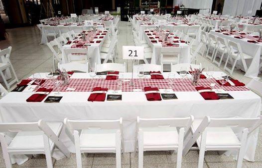 faire avec nappe blanche chemin de table carreaux rouge et blanc serviette rouge chaise. Black Bedroom Furniture Sets. Home Design Ideas