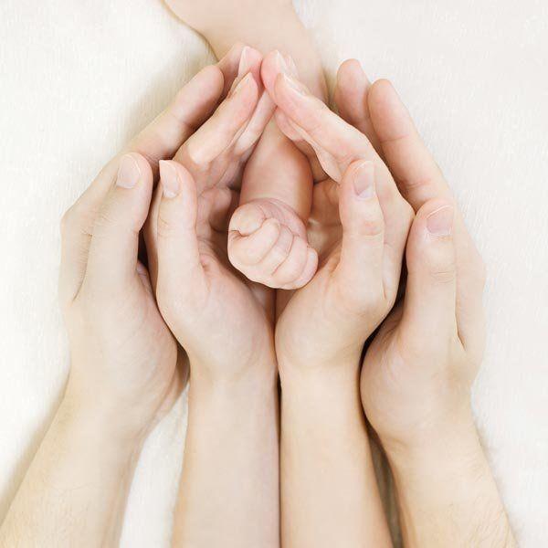Pour un joli jeu de mains, glissez celles du papa et celles de la maman les unes dans les autres avec au cœur les mimines de votre loulou .