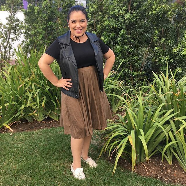 Look para um domingo de sol com churrasco! Nada melhor, né? #domingo #sunday #churrasco #churras #barbecue #friends #amigos #sun #sunnyday #sol #fashion #moda #fashionblogger #blogueirademoda #blogger #blogueira #ootd #lookdodia #lookdadaphne #skirt #slipon #saia #colete #vest #leather #couro #black #preto #suede #lifeasdaphne