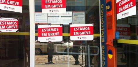 Mais de 300 agências bancárias fecham no primeiro dia de greve em Pernambuco    - O primeiro dia da greve dos bancários teve adesão de 70% em Pernambuco. De acordo com Jaqueline Melo, presidente do Sindicato dos Bancários, 323 agências foram fechadas em todo Estado.