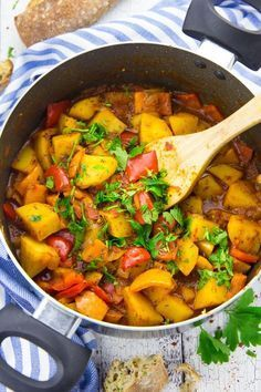 Veganes Gulasch mit Kartoffeln und Paprika #veganerezeptemittag
