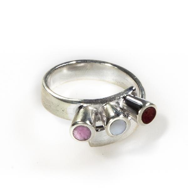 Anillo Tiara Princesa. Anillo de plata con triple perla en nácar, spondylus rojo y cuarzo rosa. www.ccusi.com