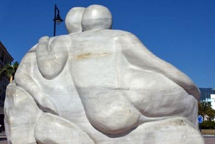 Hay escultores que consiguen sublimar todo ese proceso que espreciso para llegar a crear formas, para llegar a expresar poesías orealidades a través del volumen.