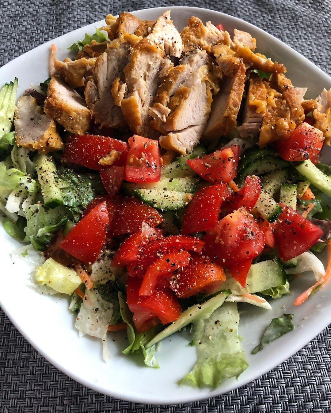 Ganz simples Abendessen; Bunter Salat mit marinierter Hähnchenbrust. 🤤🥰🥗 Nach - mal wieder 🙄😭 - so viel Fresserei ist ein Salat genau das richtige! 💪🏼 Ich hab's seit Donnerstag leider wieder etwas eskalieren lassen .. aber abgerechnet wird ja am Wiegetag - & Anfang November am Strand. 😂🤭 Habt einen schönen Abend ihr Lieben. ☺️