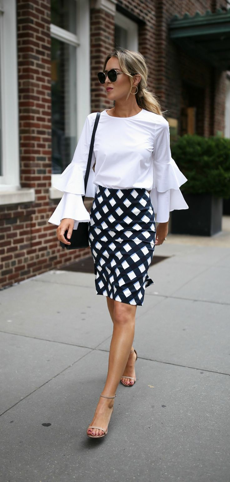 Simple white and black balances the bold structural details and pattern,  and the accessories worn in this picture are simple and dainty.