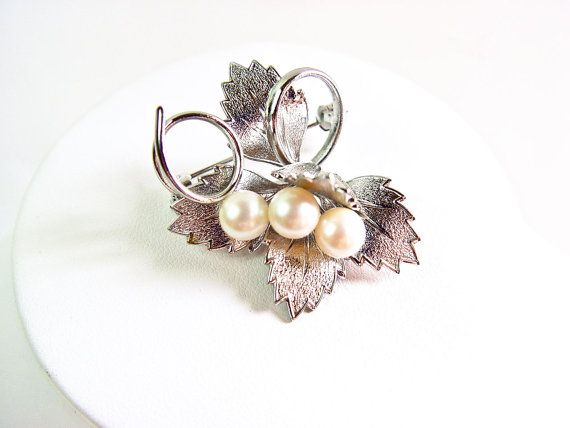 Three Pearl floral leaf brooch. A 1950s to 1960s silver plated leaf brooch featuring a cluster of 3 freshwater pearls.