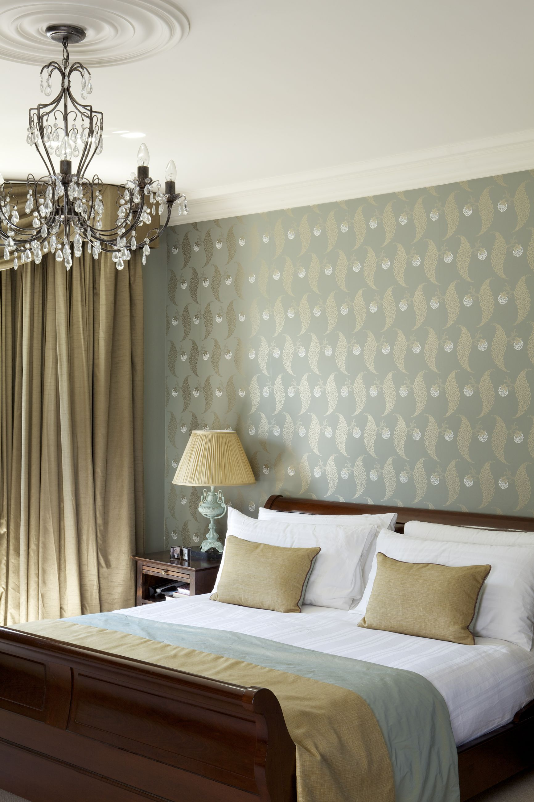 Wall in Farrow & Ball's Rosslyn BP 1938 wallpaper, Ceiling