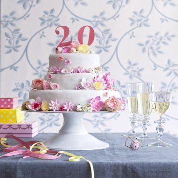 un g teau d anniversaire d cor de fleurs en sucre fleurs en sucre anniversaire sur le th me. Black Bedroom Furniture Sets. Home Design Ideas
