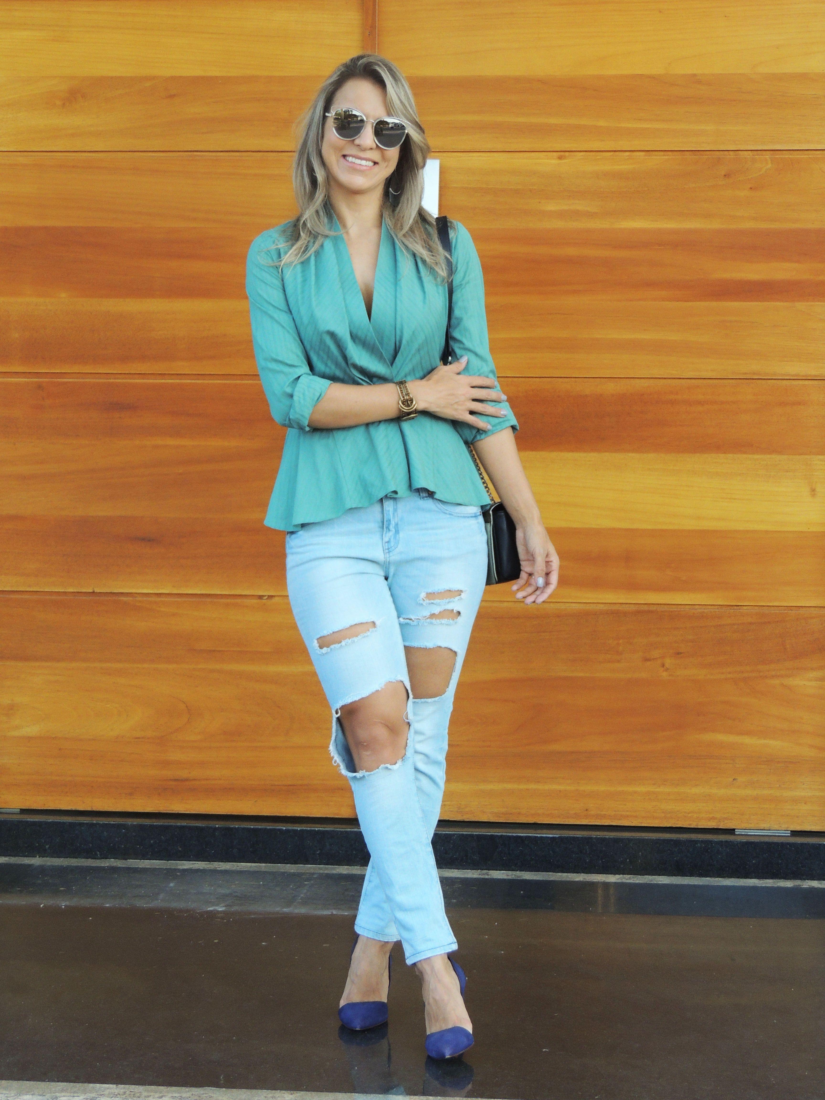 Calça destroyed com scarpin azul e camisa verde