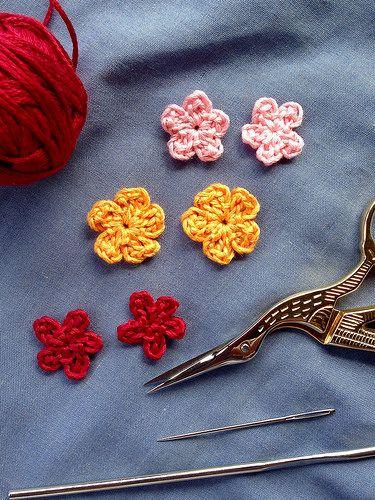 Experimentando con mini flores de crochet   Flores, Flores de ...