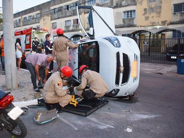 Seja Responsavel Evite Acidentes: Acidente entre táxi e ônibus em João Pessoa deixa dois feridos, diz Samu