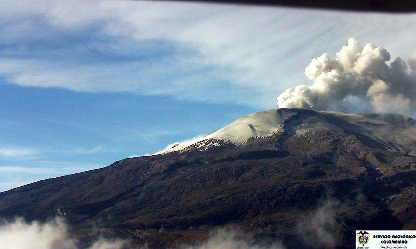 Mayo 29 de 2012 - Imagen del Volcán Nevado del Ruiz a través de la cámara ubicada en el Cerro Gualí, en Manizales. Las autoridades colombianas elevaron a naranja la alerta sobre el volcán Nevado del Ruiz ante un inusitado incremento en su actividad. (EFE/VANGUARDIA LIBERAL)