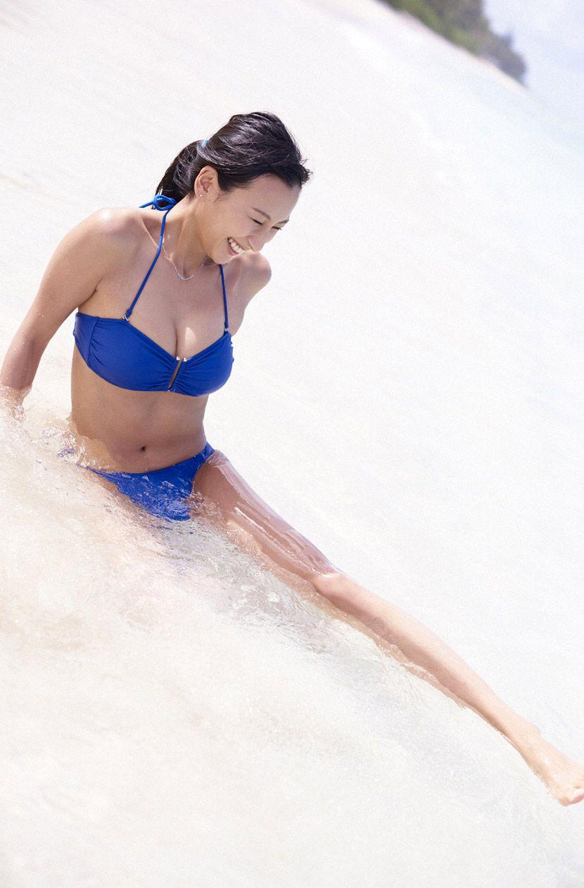 浅瀬で足を伸ばす水着姿の浅田舞