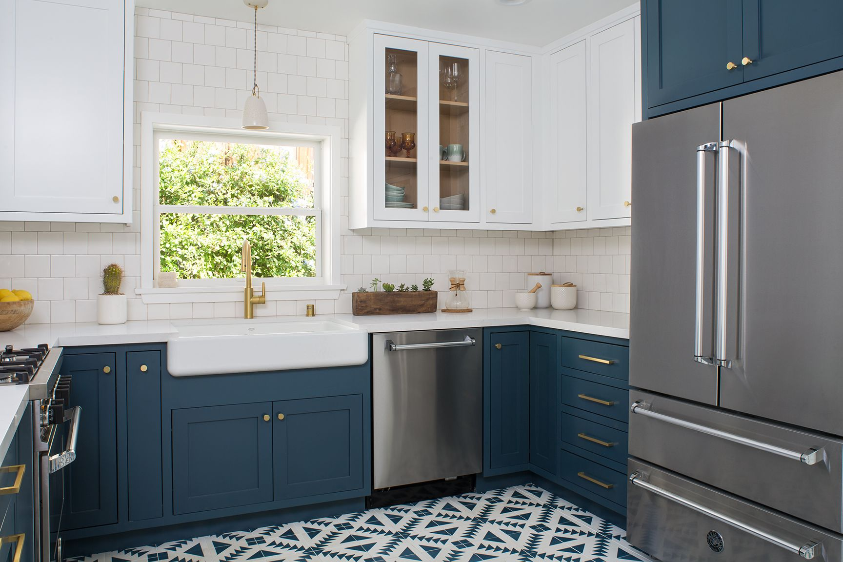 6 Hardware Styles To Pair With Deep Blue Shaker Cabinets On Houzz Kitchen Remodel Blue White Shak In 2020 Blue Kitchen Cabinets Hague Blue Kitchen Upper Cabinets