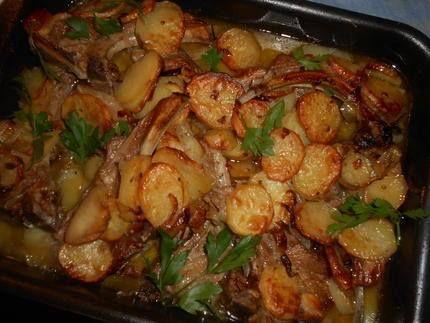 Cotes d agneau au Four Temps de cuisson: 45 minutes Ingrédients (4 personnes): 1kg de pommes de terre 2 gros oignon 3 blancs de poireau 8 cotes d agneau découvertes 2 gousses d ail bouquet garni 50cl de bouillon de volaille ou de bœuf un bouquet de cerfeuil 40 gr de beurre huile d olive sel poivre. Préparation: Eplucher et couper en rondelles, les oignons, les poireaux, les pommes de terre Faites dorer les cotes d agneau dans une poêle avec le beurre et un filet d huile d olive, sel, poivre…