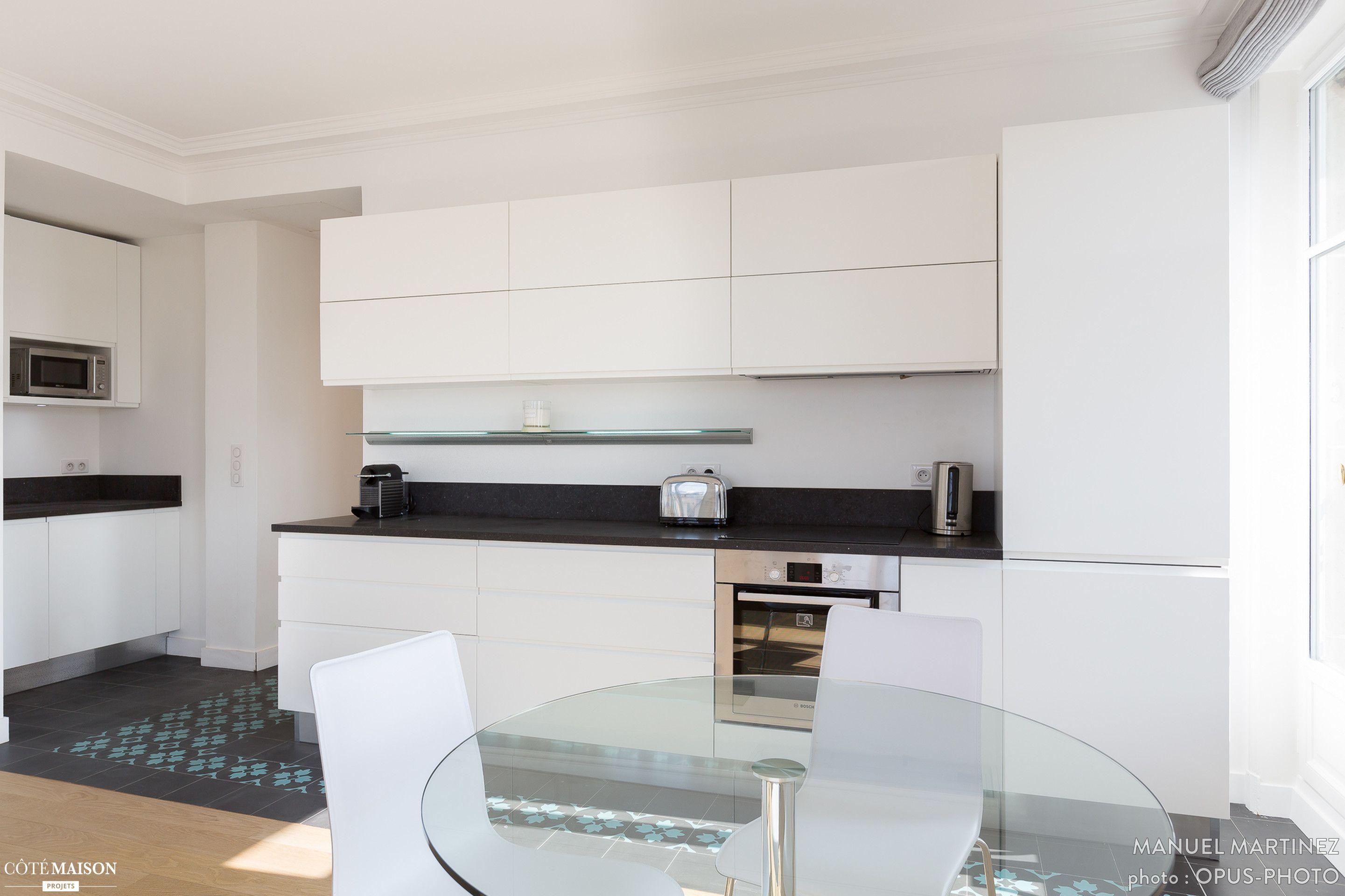 Une cuisine blanche en longueur avec sol d limit en for Carrelage cuisine blanche