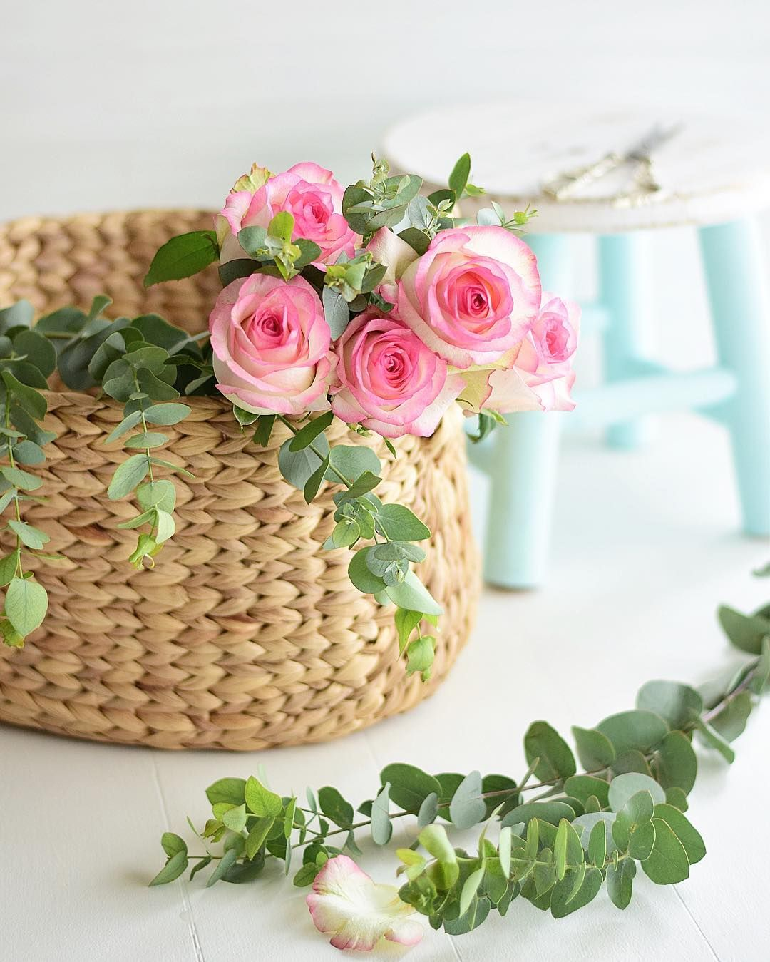 Roses To Start The Week But Without Thorns Good Morning Flowers Good Morning Cards Good Morning Greetings