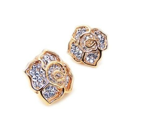 A delicate and beautiful roses earrings Whether it is to give yourself or to give a friend is a good choice