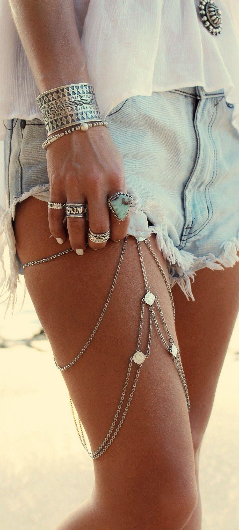 #Bohostyle: acessório para a perna, braceletes, anéis e jeans, uma combinação…