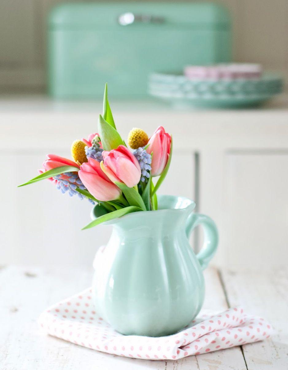 Ein bunter strau fr hling auf dem tisch tulpen tulips - Leinwand dekorieren ...