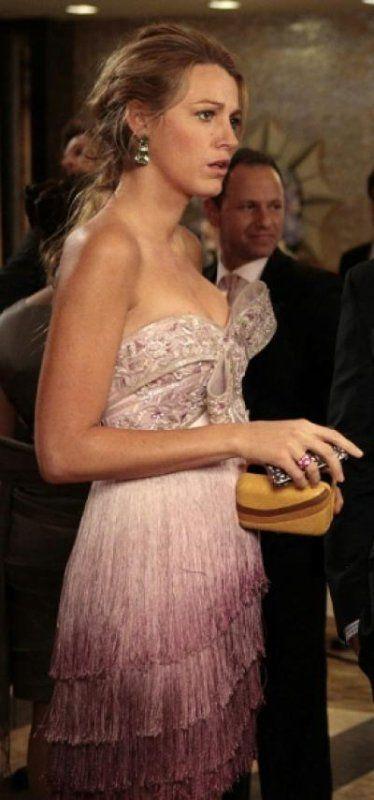 c9a3d7ae1baa Sur le tournage de l'épisode 10 de Gossip Girl saison 5, Blake Lively alias  Serena Van Der Woodsen porte une robe bustier rose à franges .