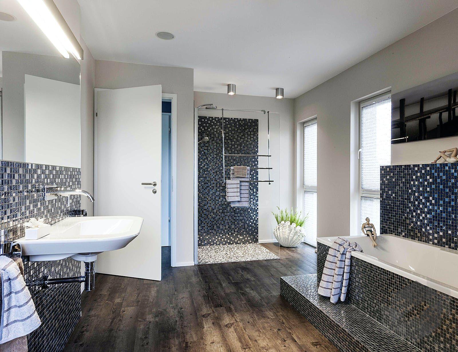 Badezimmer Mit Mosaikfliesen In 2020 Moderne Kleine Badezimmer Bad Einrichten Mosaikfliesen