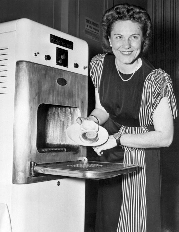 El horno de microondas es una gran invento que facilita las cosas en la cocina, pero muchas personas piensan que su uso excesivo puede causar cáncer y destruir los nutrientes de nuestros alimentos. ¿Tú qué opinas?   Visita nuestro catálogo de hogar y encuentra lo mejor para tu cocina  http://www.linio.com.mx/hogar/