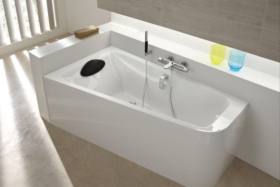 Une baignoire blanche asym�trique ODEON UP dans une salle de bains avec un repose-t�te