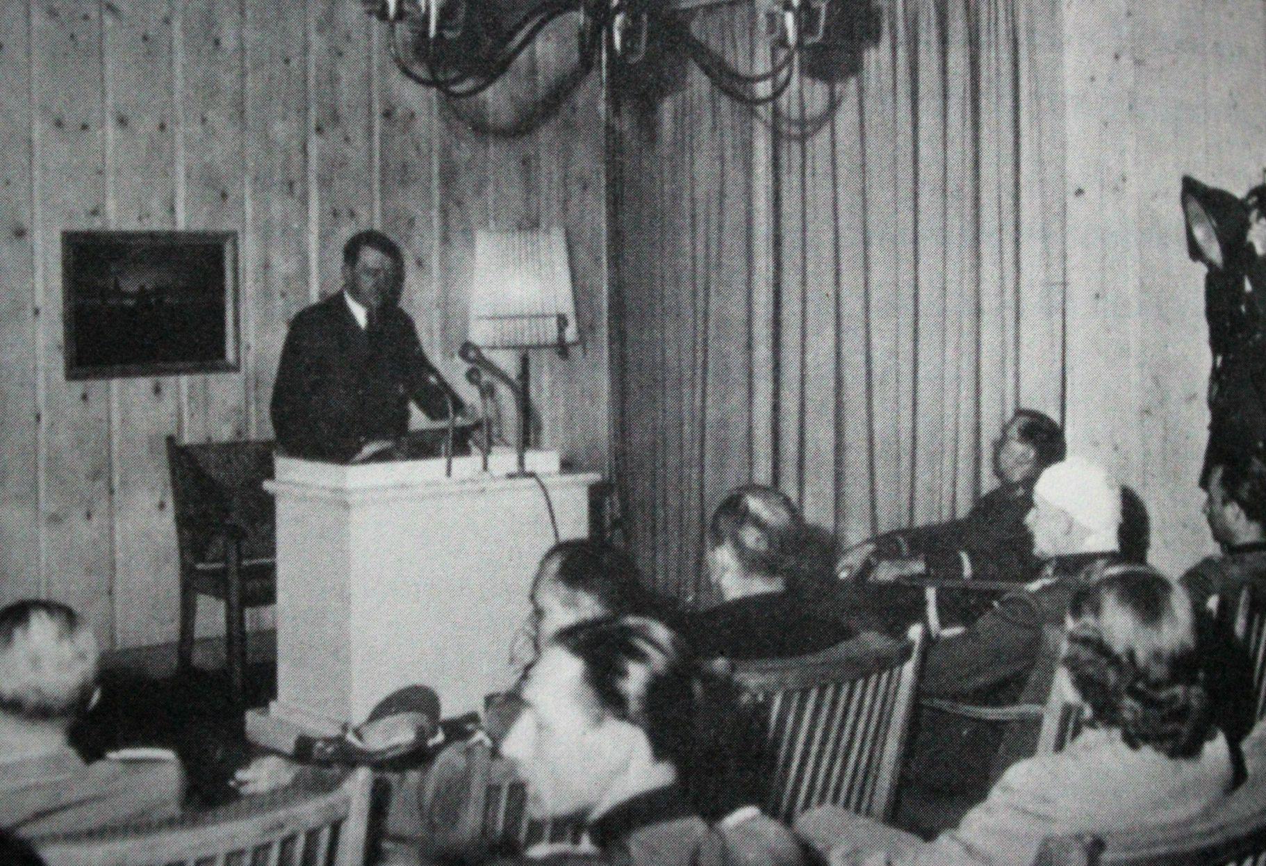 Hitler se dirige ao povo alemão pelo rádio, na madrugada de 21 de Julho, de um galpão da Toca do Lobo.
