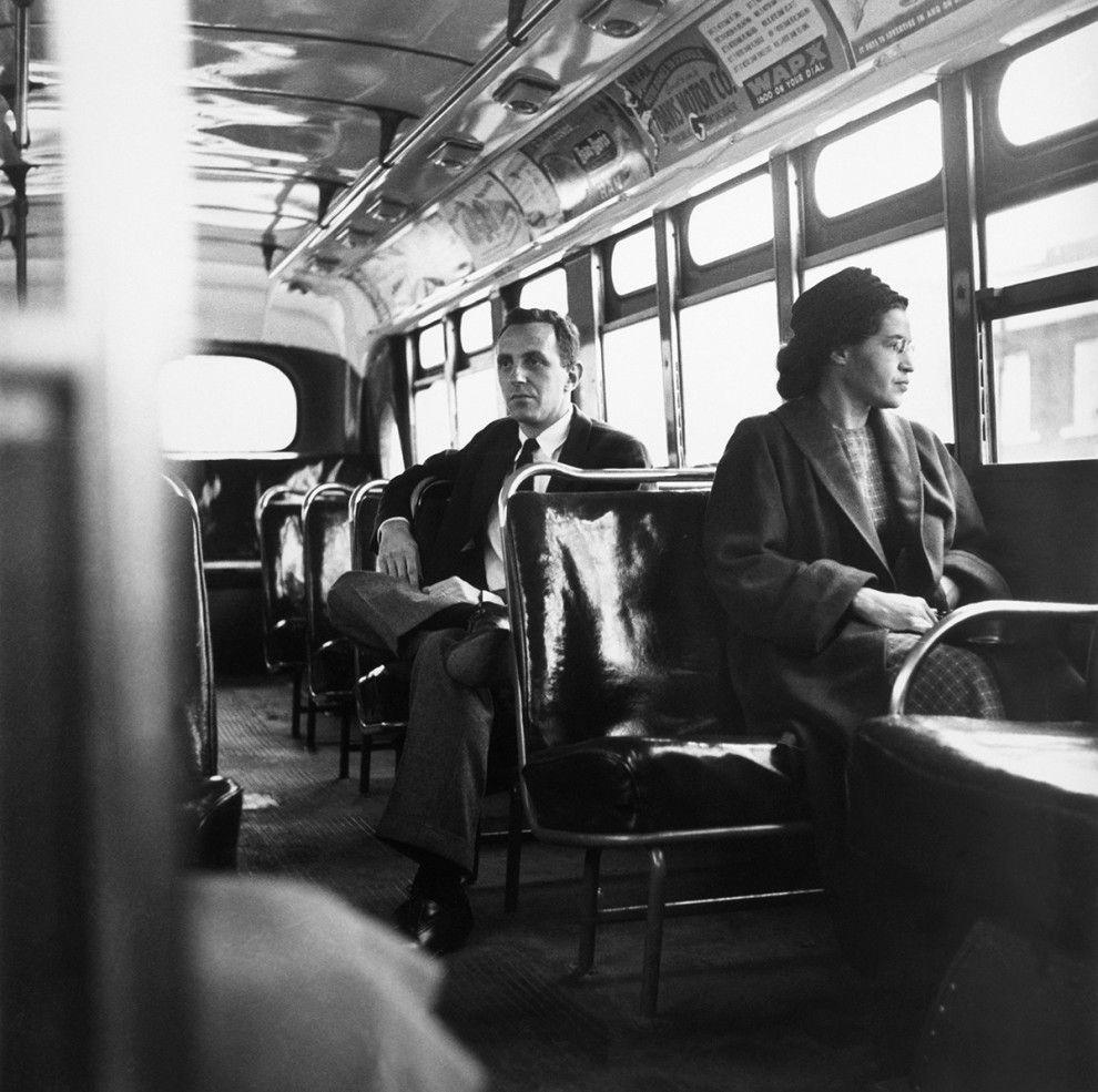 Rosa Parks sentada na frente de um ônibus em Montgomery, Alabama, depois que a Suprema Corte dos Estados Unidos decidiu que a segregação era ilegal, em 1956. | 26 personalidades e celebridades como você nunca viu
