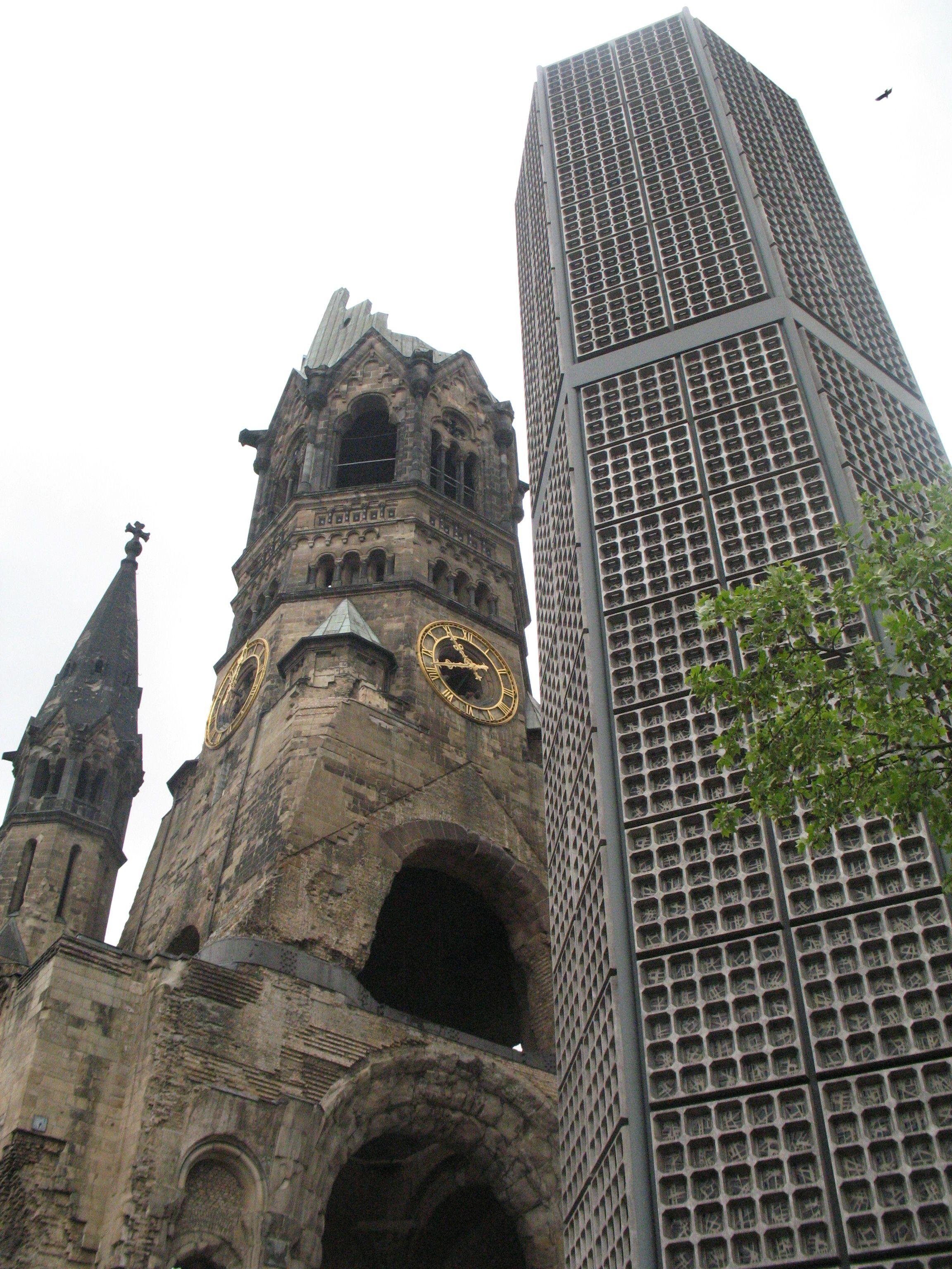 Door De Berlijners Zelf Wordt De Combinatie Van Ruine En Nieuwbouw Soms Oneerbiedig Poederdoos En Lippenstift Genoemd De Toren V Skyscraper Landmarks Berlin