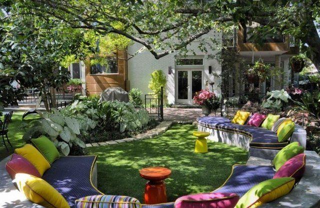 garten ideen gestaltung design wirkung, lounge-sitzbereich im baumschatten-farbenfrohe auflagen und kissen, Design ideen